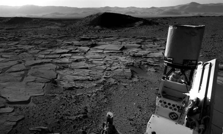Una imagen de los alrededores del Curiosity en una zona conocida como la región de Kimberley incluye componentes rover en el primer plano, así como el paisaje en el que el punto brillante fue visto en un par de otras imágenes. Sin embargo no hay mancha brillante aquí.