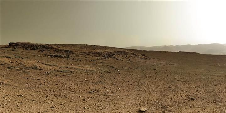 Un detalle de una panorámica de 360 grados muestra huellas del rover Curiosity en retroceso en la puesta del sol.