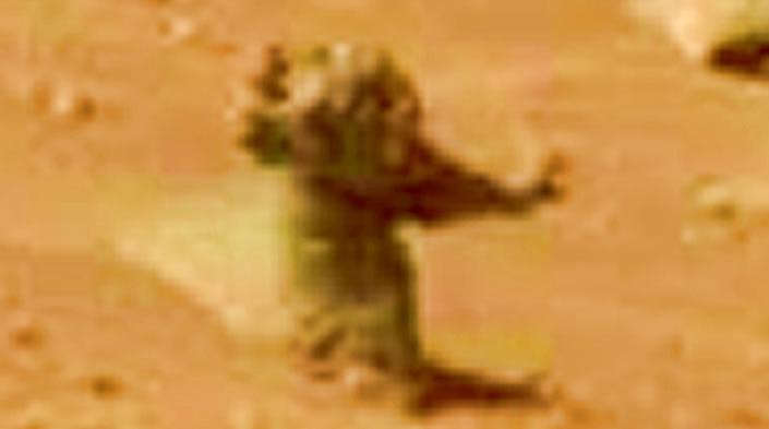 """Ampliación de la pequeña estatua"""" en Marte"""
