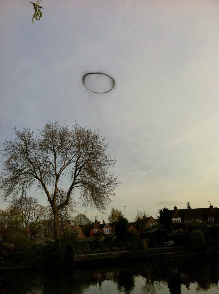 """Estudiante en Inglaterra toma foto de extraño """"anillo negro"""""""
