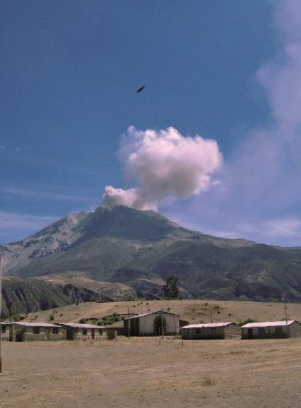Otra toma captada por trabajador de Defensa Civil evidencia objeto extraño cerca al volcán