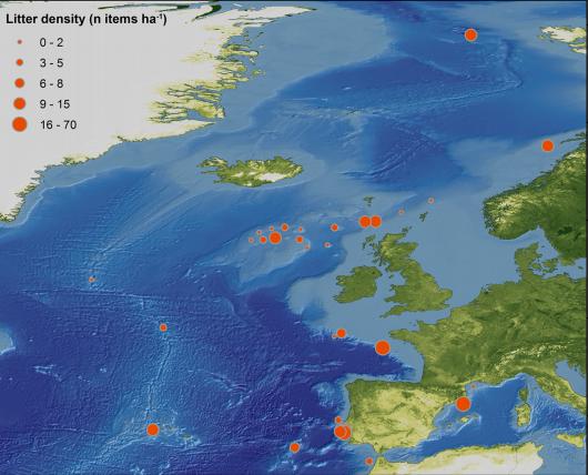 La basura fue encontrada en literalmente cada sitio visitado, incluso en partes del océano a más de mil millas de tierra. Imagen: PLoS ONE