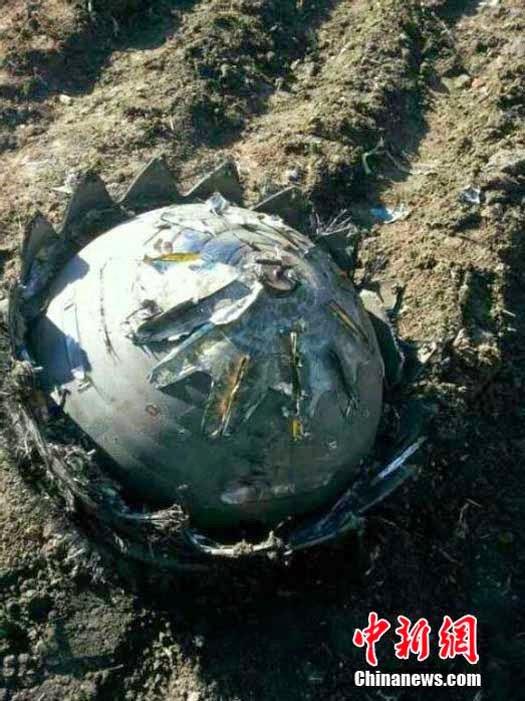 Acercamiento a la imagen del extraño objeto que se estrelló en el huerto de un hombre en Heilongjiang, China. (Crédito: chinanews.com)