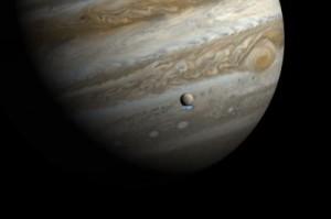 Esta impresión artística muestra a Júpiter y su luna Europa, con el uso de imágenes reales de Júpiter y Europa a la luz visible. Las imágenes ultravioletas del Hubble muestran la emisión débil de los penachos de vapor de agua que se han superpuesto, respetando el tamaño pero no el brillo de las plumas. Crédito: NASA, ESA, y M. Kornmesser.
