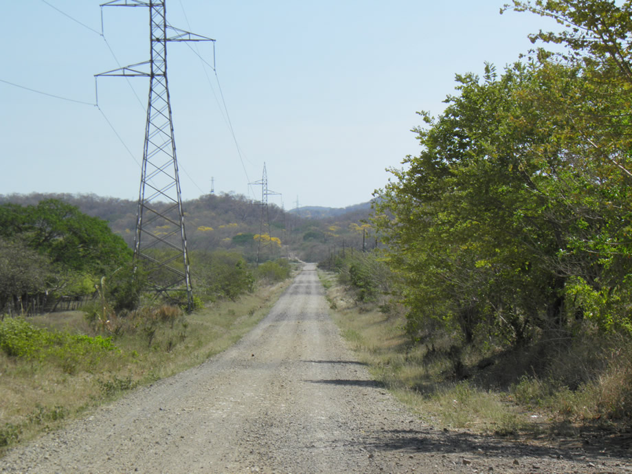 Fotografía que muestra la calle en línea recta que pasaba hacia el parque nacioanal y mi casa estaba a la derecha y a espalda de mi casa. El camino sigue por otros 2 kilómetros.