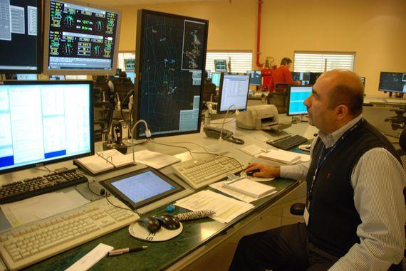 Jefe de Operaciones de Radar Mauricio Blanco en el trabajo ( foto © Leslie Kean )