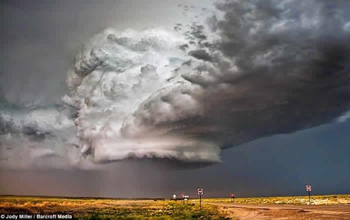 """La ya clásica nube """"OVNI"""" ahora sobre el Área 51"""