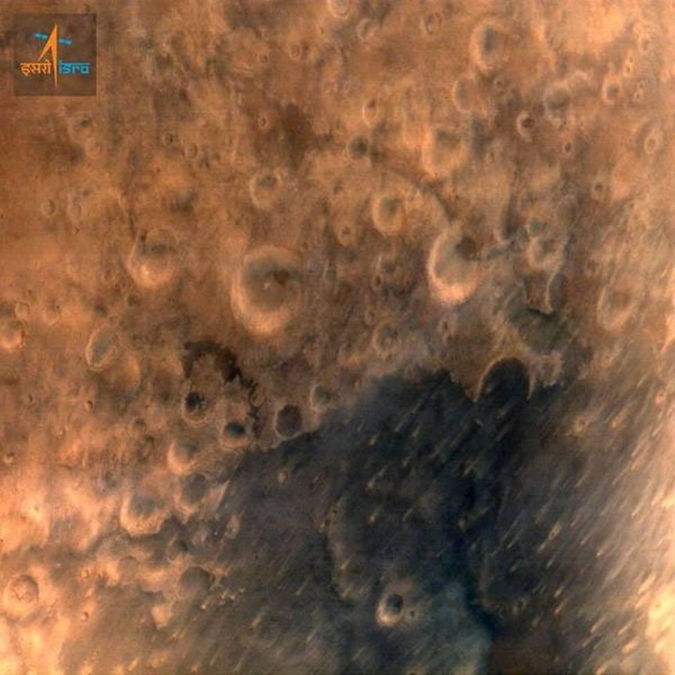 La superficie de Marte en una imagen tomada por la sonda espacial india y publicada el jueves por el gobierno de ese país. AP